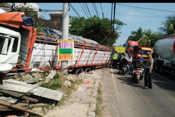 Photo of 3 Truk Kecelakaan di Jalur Alternatif Pasca-Jembatan Babat Ambrol