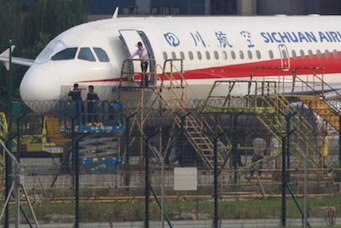 Photo of Sichuan Airlines Mendarat Darurat di Chengdu China